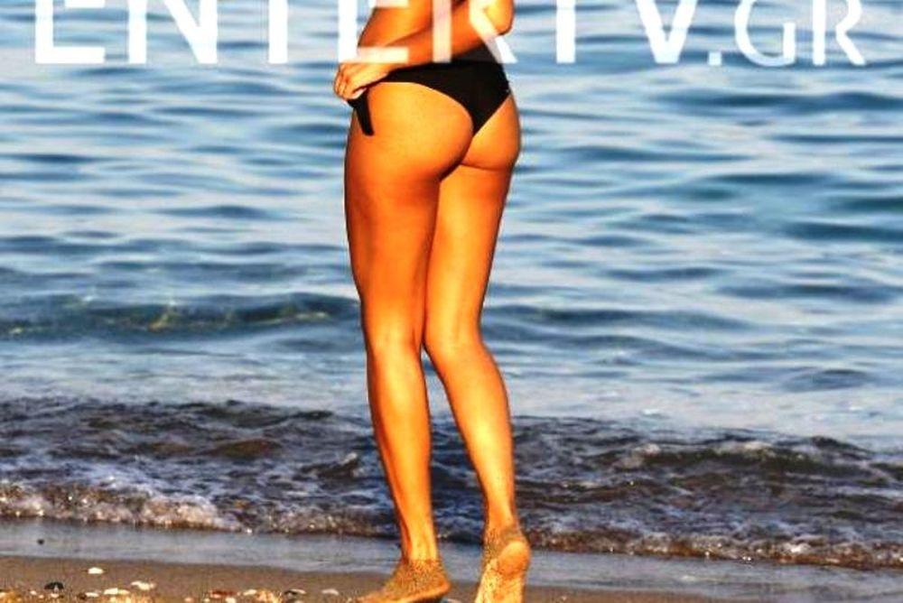 Η καυτή Ελληνίδα τραγουδίστρια κόλασε στην παραλία (photos)