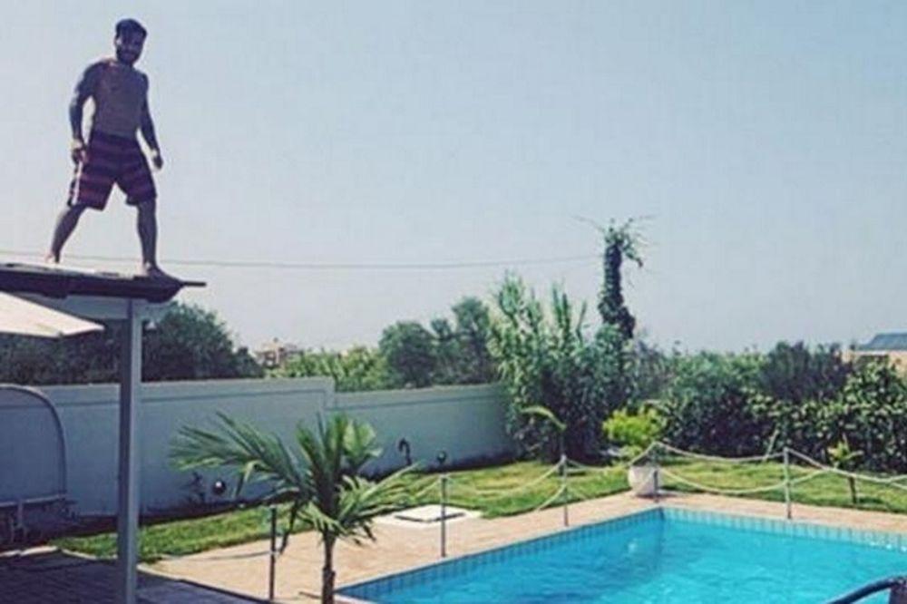 Γιώργος Μαυρίδης: H βουτιά από το στέγαστρο του ξενοδοχείου στην πισίνα, που «κόβει ανάσες»