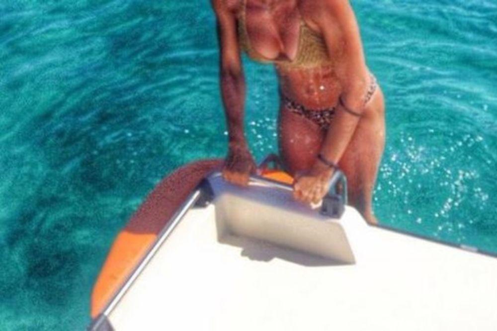 Πρωταγωνίστρια του Μπρούσκο «έριξε» το Instagram με την αρετουσάριστη φωτογραφία της με μπικίνι