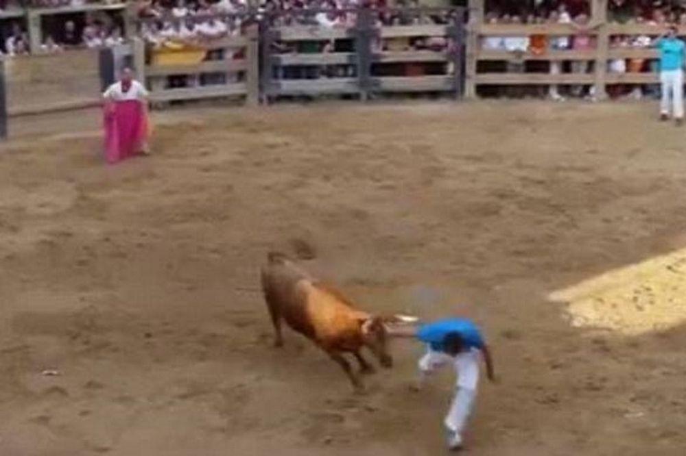 Σοκ: Ισπανός πέφτει νεκρός από τα κέρατα ταύρου (video)