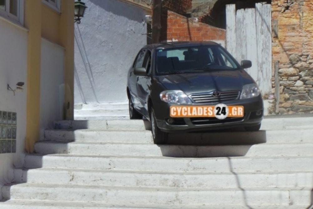 Απίστευτο σκηνικό στη Σύρο με αυτοκίνητο να «καβαλάει» σκαλιά!