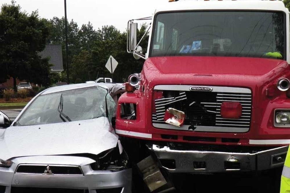 Απίστευτο! Φορτηγό διέλυσε αυτοκίνητο! (video)