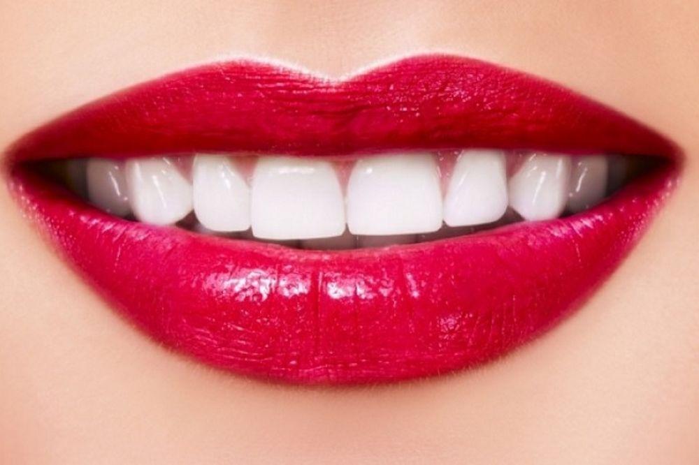 Οι 7 τροφές που λευκαίνουν τα δόντια