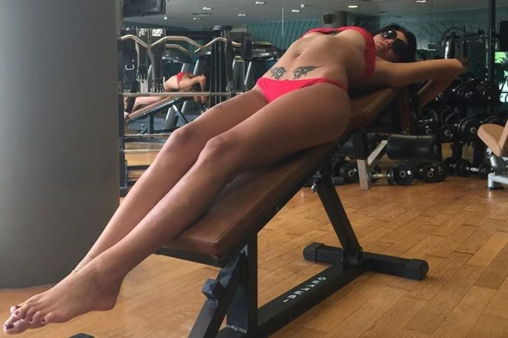 Η έκφυλη Ελληνίδα πορνοστάρ σε προκαλεί... να γυμναστείς μαζί της! (photos)