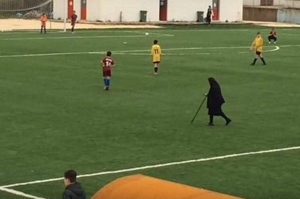 Απίστευτο! Γιαγιά κόβει δρόμο μέσα από το γήπεδο την ώρα του αγώνα! (video)