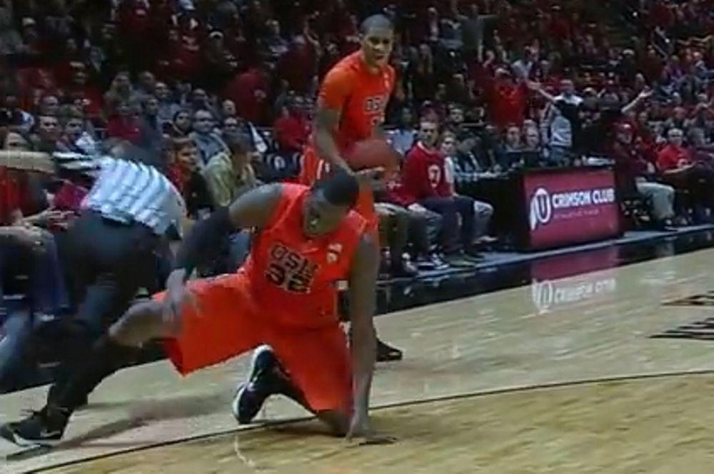 Απίστευτο! Παίκτης μπάσκετ έκανε… τάκλιν σε διαιτητή! (video)
