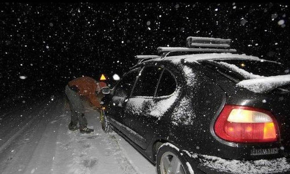 Πυκνή χιονόπτωση στον Διόνυσο - Εγκλωβίστηκε οδηγός (vid)