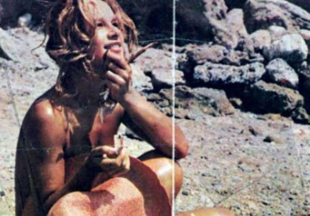 Σπάνιες φωτογραφίες: H Αλίκη Βουγιουκλάκη τόπλες στην παραλία!
