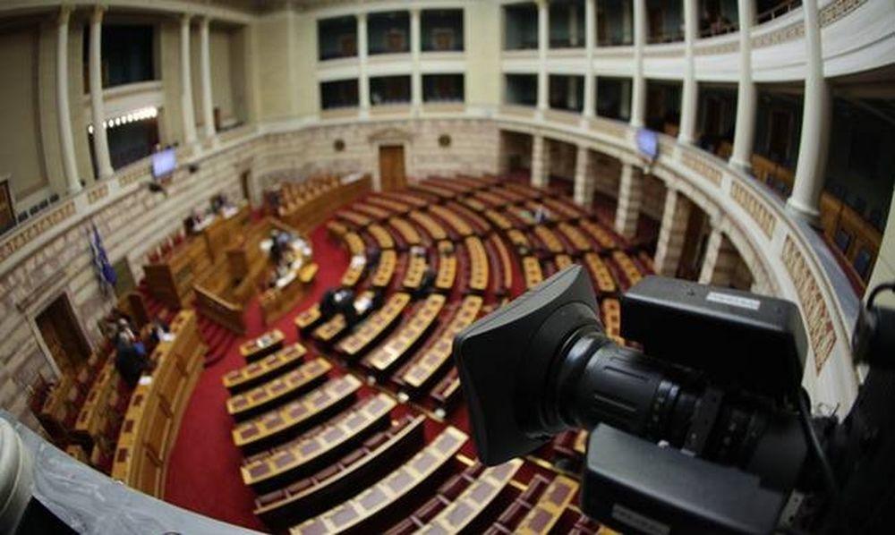Υπερψηφίστηκε η ρύθμιση για τις τηλεοπτικές άδειες - Χαμός στη Βουλή