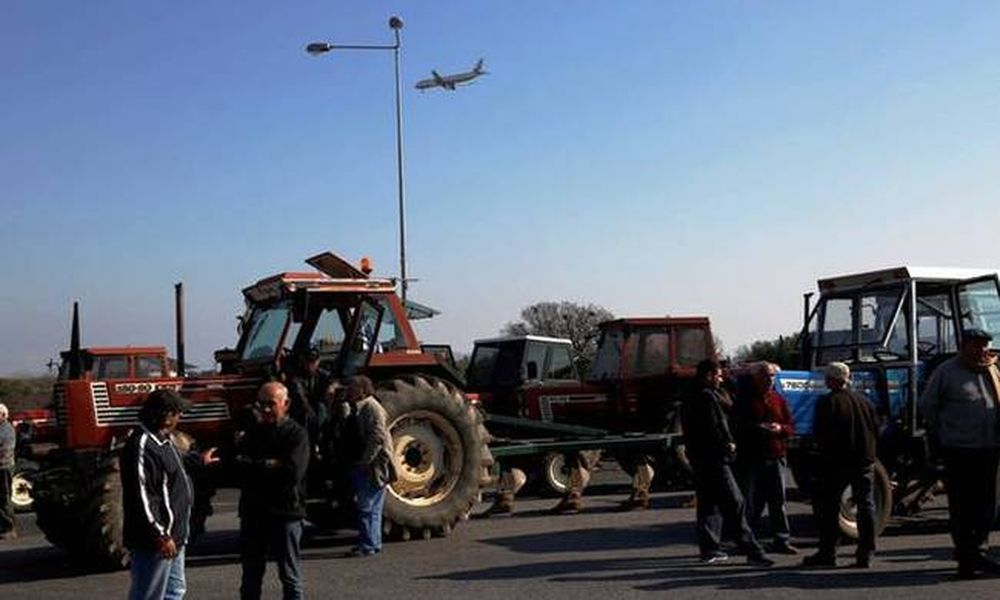 Μπλόκα αγροτών – Σκληραίνουν τη στάση τους οι αγρότες της Πελοποννήσου