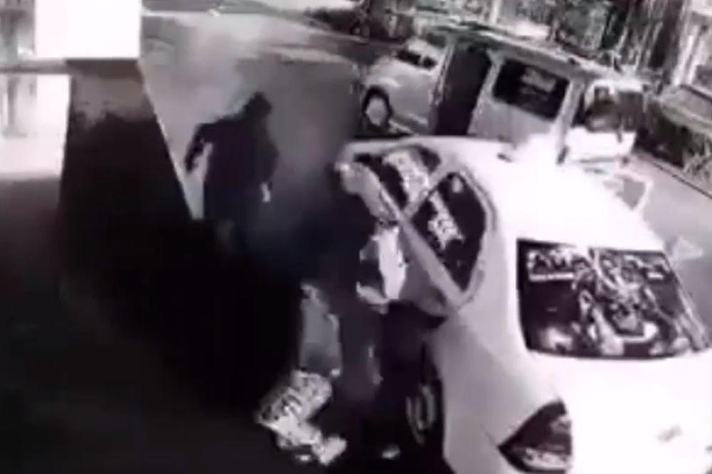 Απίστευτο: Αβοήθητη γυναίκα σπάει στο ξύλο τους απαγωγείς της! (video)