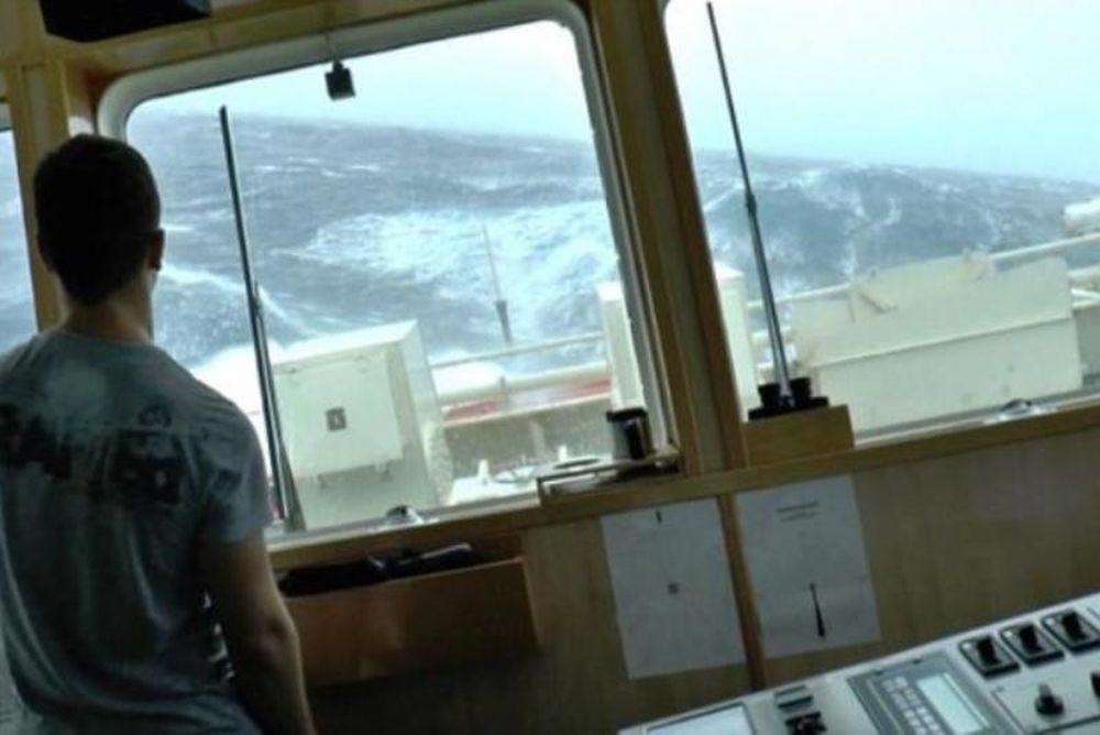Εικόνες που κόβουν την ανάσα! Πλοίο γίνεται... τραπουλόχαρτο σε καταιγίδα! (photos+video)