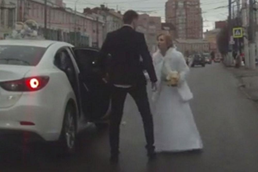 Απίστευτο: Νεόνυμφοι τσακώνονται στο αυτοκίνητο και η νύφη το σκάει από το αυτοκίνητο! (video)