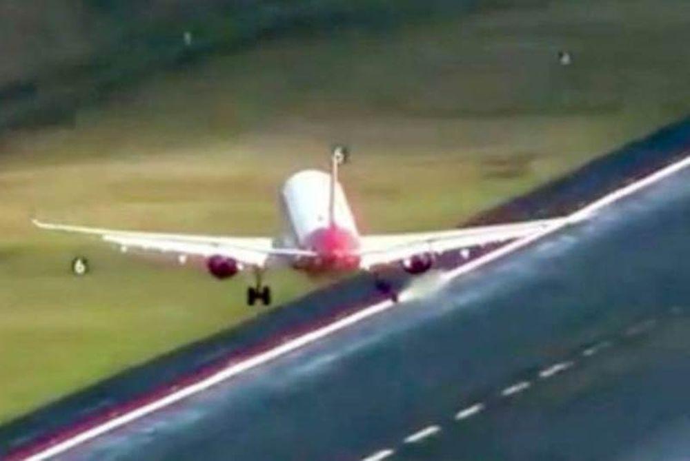 Τρομακτικές εικόνες: Άνεμοι παρασύρουν αεροπλάνα που προσπαθούν να προσγειωθούν (video)