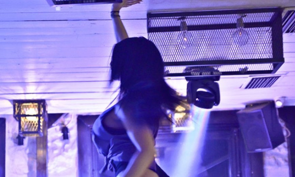 Αυτή είναι η Ελληνίδα χορεύτρια που έχει κολάσει τα βράδια μας! (photos)