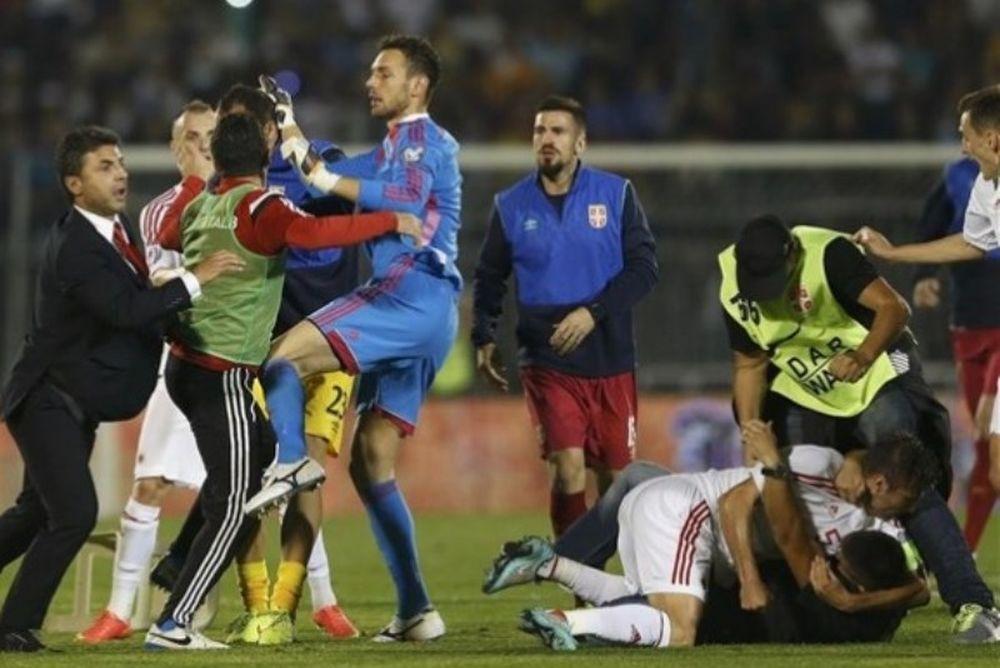 Ποδοσφαιριστές έδειραν οπαδό-εισβολέα! (video)