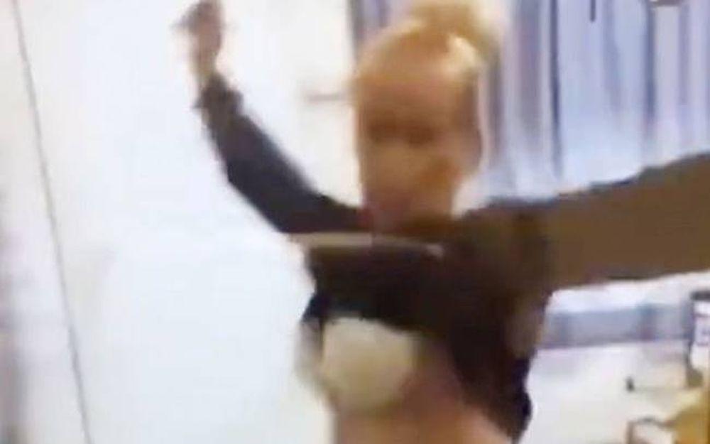 Σάλος με την πρόστυχη καθηγήτρια: Έδειξε το στήθος της στους μαθητές μέσα στην τάξη! (video)