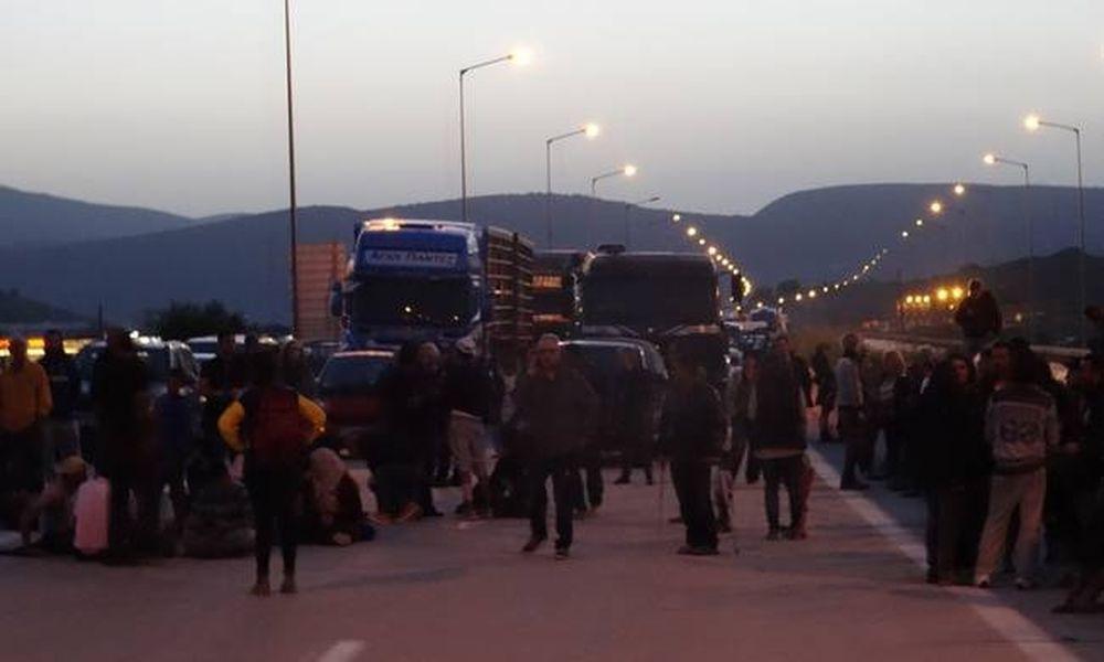 Χάος και στα Ιωάννινα: Καθιστική διαμαρτυρία από πρόσφυγες – Κλειστή η Εγνατία (video)