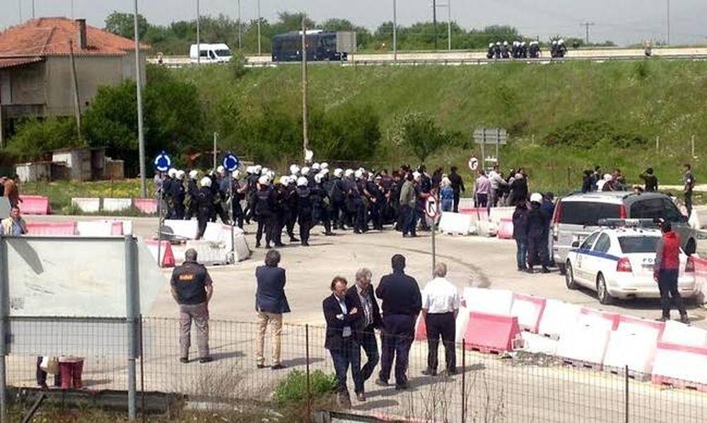 Πρόσφυγες με πέτρες κατά αστυνομικών - Ένταση και στο κέντρο φιλοξενίας στον Κατσικά