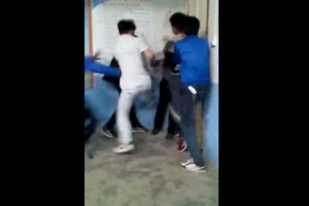 Σοκ: μαθητές έσπασαν στο ξύλο καθηγητή τους! (video)
