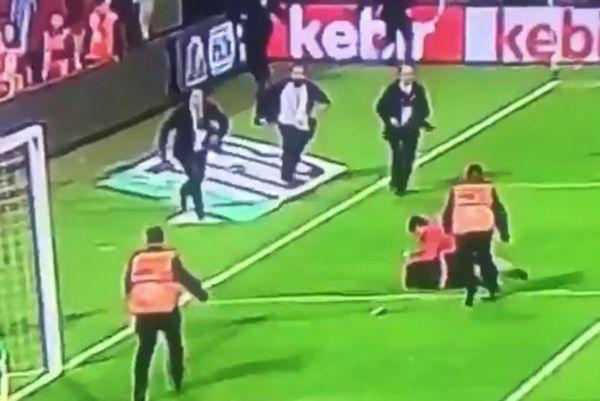 Σοκαριστικό: Οπαδός εισβάλει σε γήπεδο και δέρνει το βοηθό! (video)