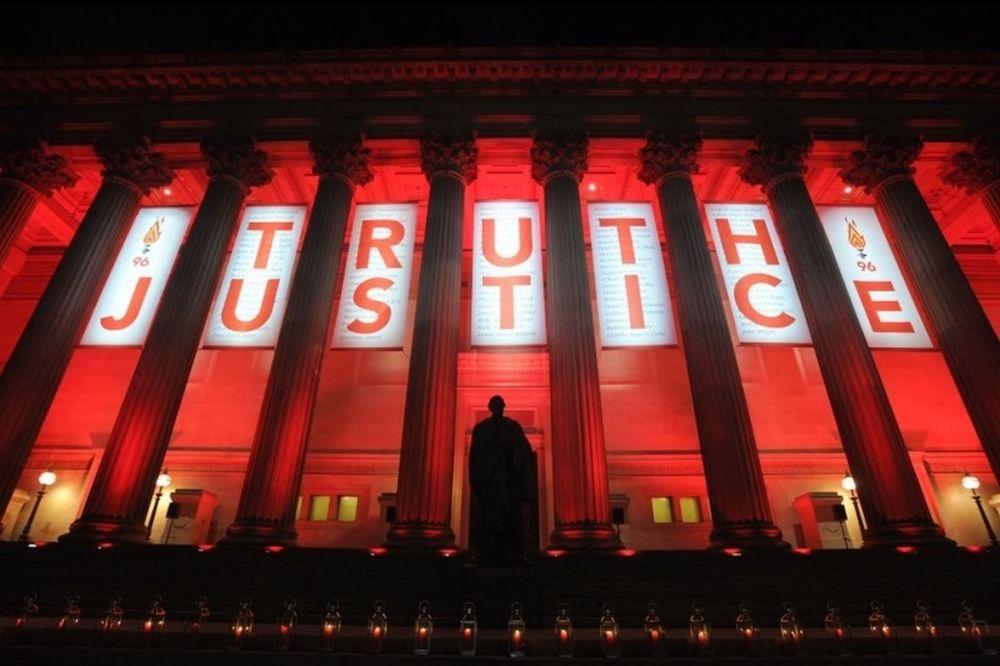 Έγινε κόκκινο το Λίβερπουλ για τα 96 θύματα (photos)