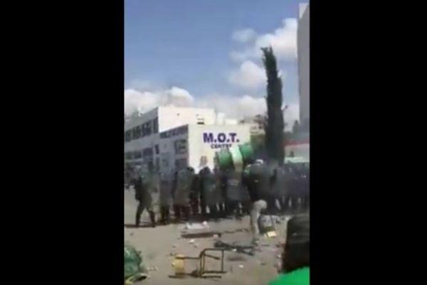 Άγριο ξύλο οπαδών της Ομόνοιας με αστυνομικούς! (video)