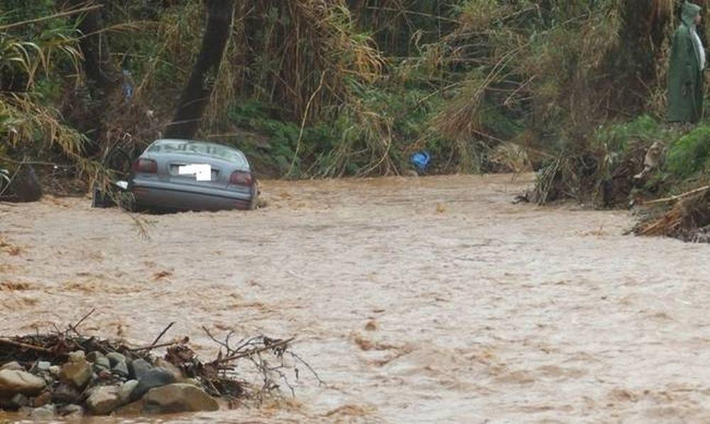 Κακοκαιρία: Χείμαρρος παρέσυρε όχημα που επέβαιναν μητέρα και 2 παιδιά