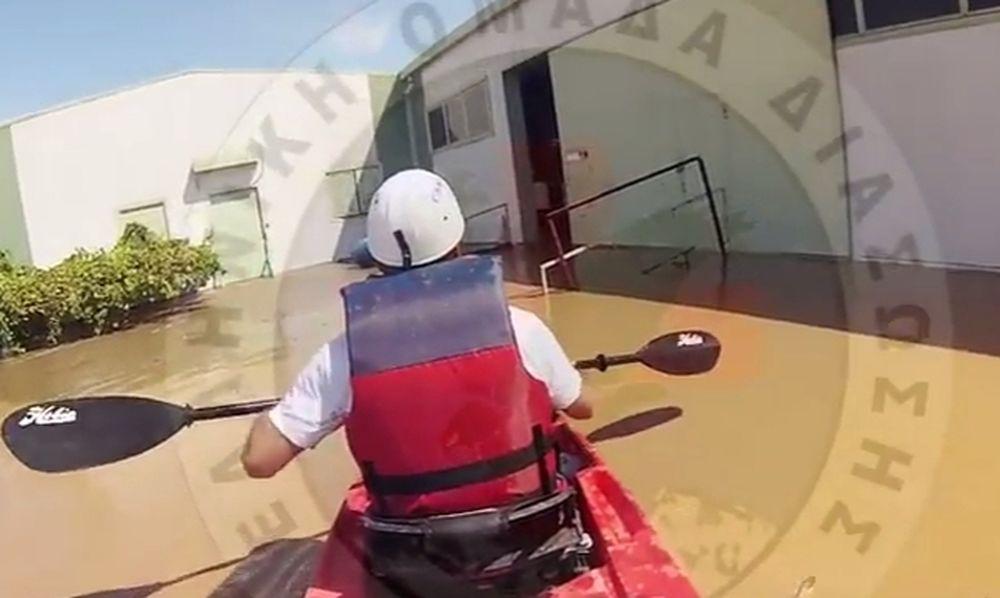 Κακοκαιρία: Η στιγμή διάσωσης μικρού παιδιού από την Ελληνική Ομάδα Διάσωσης (vid)