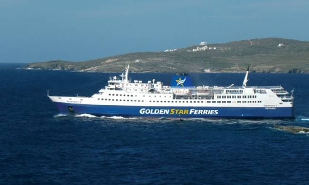 Tρόμος στην Άνδρο: Επιβατικό πλοίο προσέκρουσε στο λιμάνι! (pics)