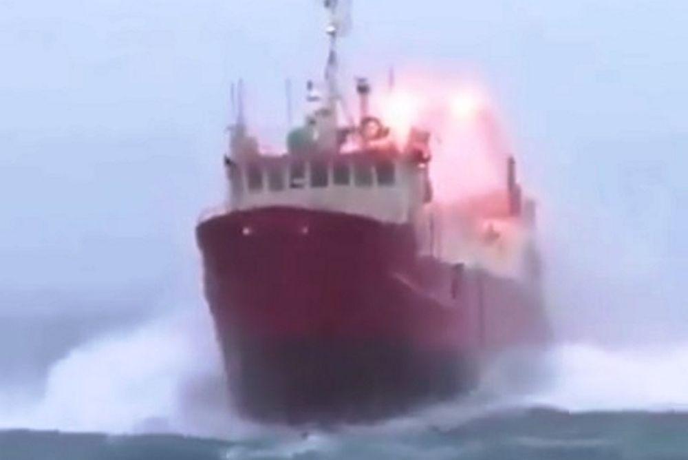 Απίστευτη μάχη με τα κύματα (video)