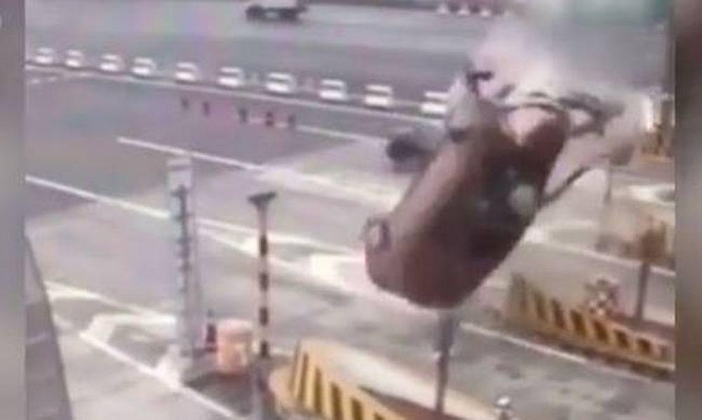 Απίστευτο ατύχημα: Αυτοκίνητο χτυπάει στα διόδια και κάνει τούμπα στον αέρα! (vid)