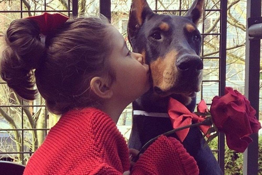 Η φιλία ενός 4χρονου κοριτσιού με ένα τεράστιο ντόπερμαν που «έλιωσε» τα social media! (photos)