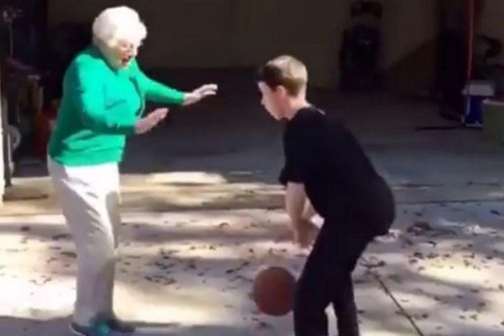 Τρελό γέλιο! Γιαγιά παίζει… άμυνα και.. ξαπλώνει στο έδαφος! (video)