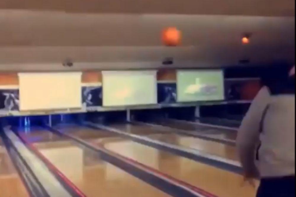 Έριξε την μπάλα του μπόουλινγκ και δε φαντάζεστε τι έγινε! (video)