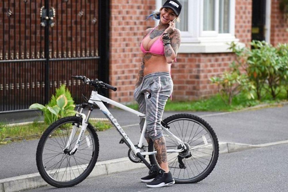 Η Jemma, το ροζ μπικίνι και το ποδήλατό της (photos)