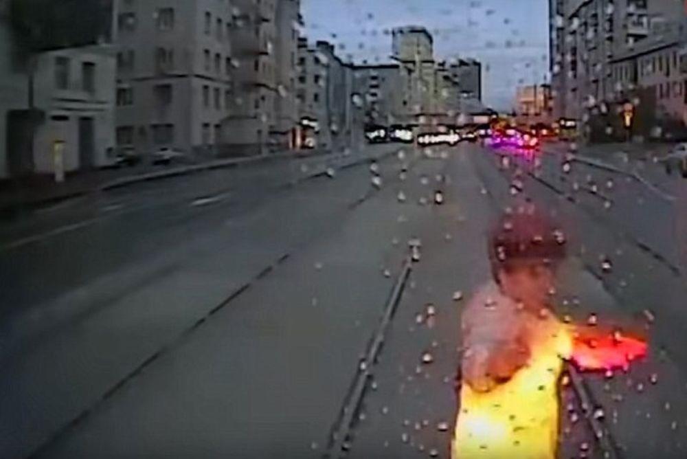 ΣΚΛΗΡΕΣ ΕΙΚΟΝΕΣ: Γυναίκα κοιτάζει το κινητό της και την πατάει το τραμ! (video)