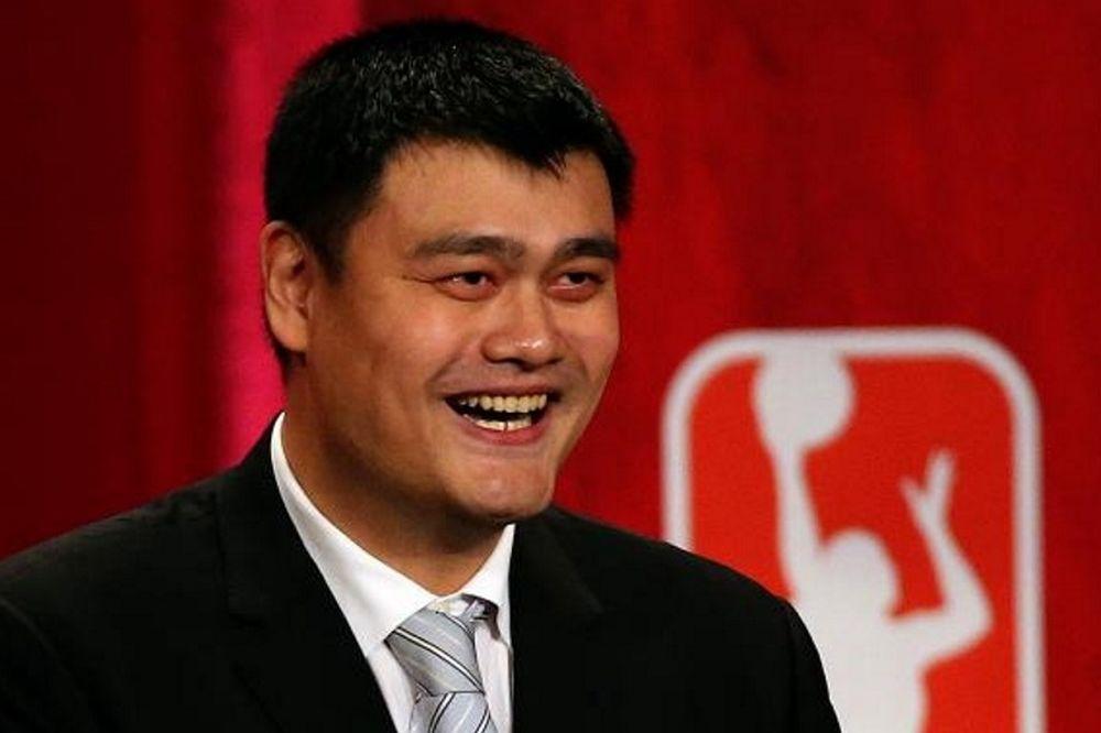Οι Ρόκετς αποσύρουν τη φανέλα του Γιάο Μινγκ