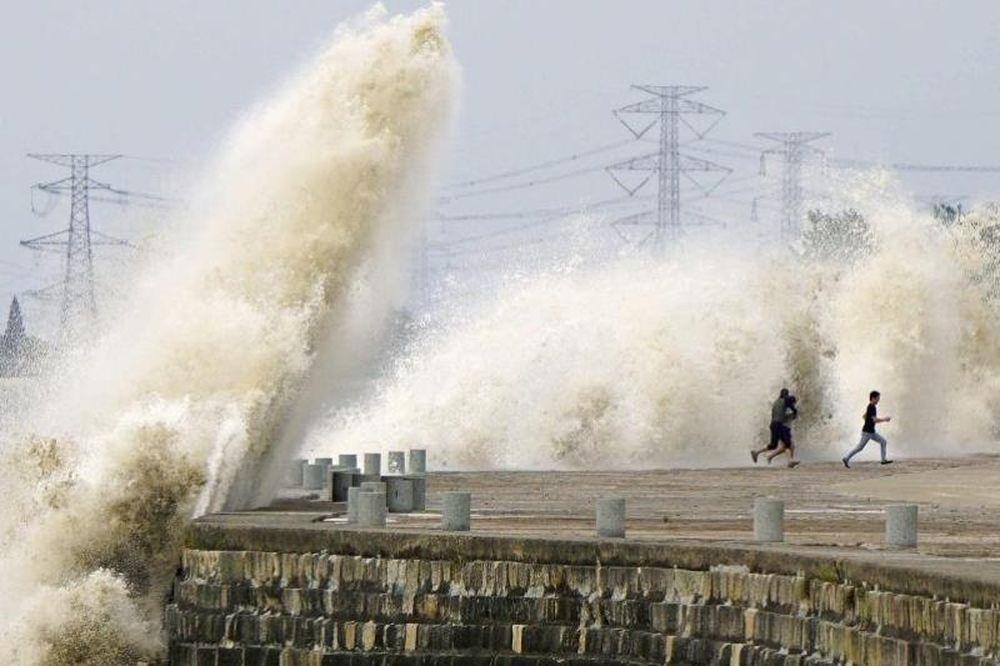 Κίνα: Παλιρροϊκό κύμα παρασύρει τους παρατηρητές στον ποταμό Κιατάνγκ