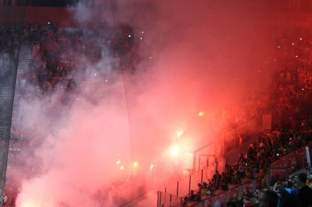 Σήκωσαν σημαία της Χρυσής Αυγής οι οπαδοί του ΑΠΟΕΛ (photo, video)