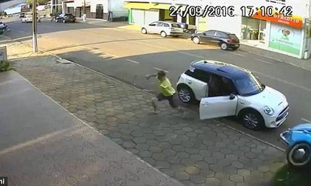 Τρομακτικό ατύχημα – Αυτοκίνητο «ξυρίζει» πεζό