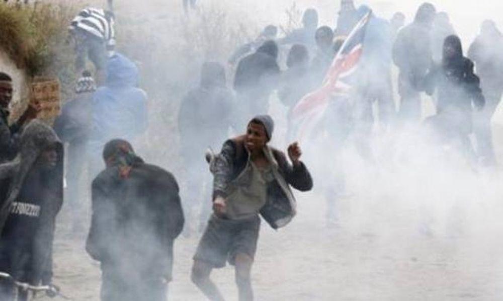 """Άγριες συγκρούσεις μεταξύ αστυνομικών και μεταναστών στη """"ζούγκλα"""" του Καλαί"""