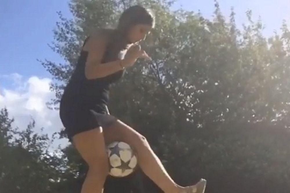 Δεν θα πιστεύετε τι κάνει με την μπάλα φορώντας μίνι και τακούνια! (vid)