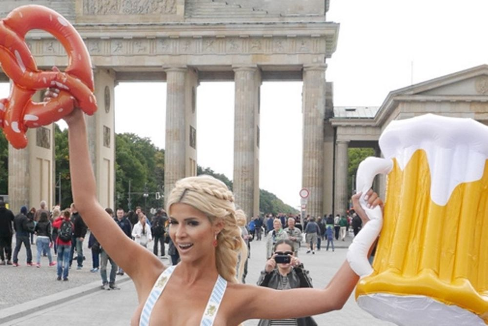Κρατηθείτε: Φωτογραφήθηκε ολόγυμνη στο κέντρο του Βερολίνου! (photos)