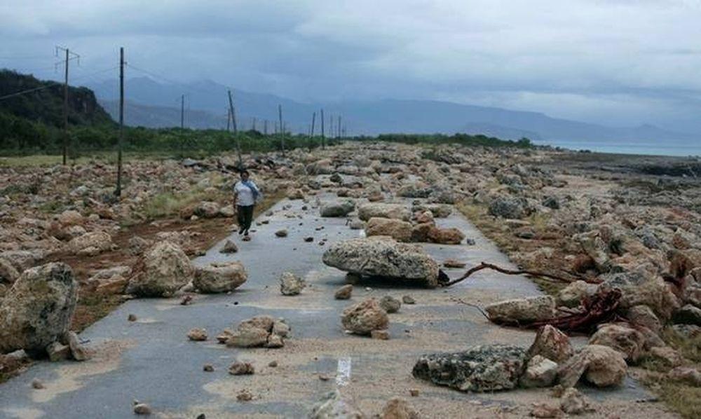 Συνεχίζει το φονικό του πέρασμα ο τυφώνας Μάθιου - Τουλάχιστον 102 νεκροί (videos)