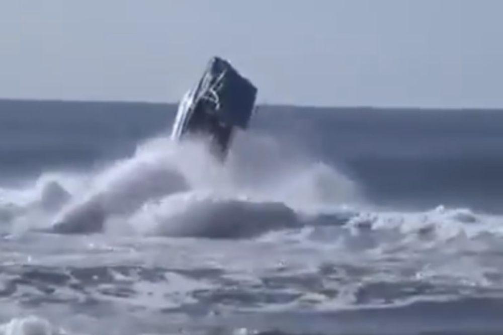 Τρομακτικό video: Σκάφος παρασύρεται από άγρια κύματα και εξαφανίζεται!