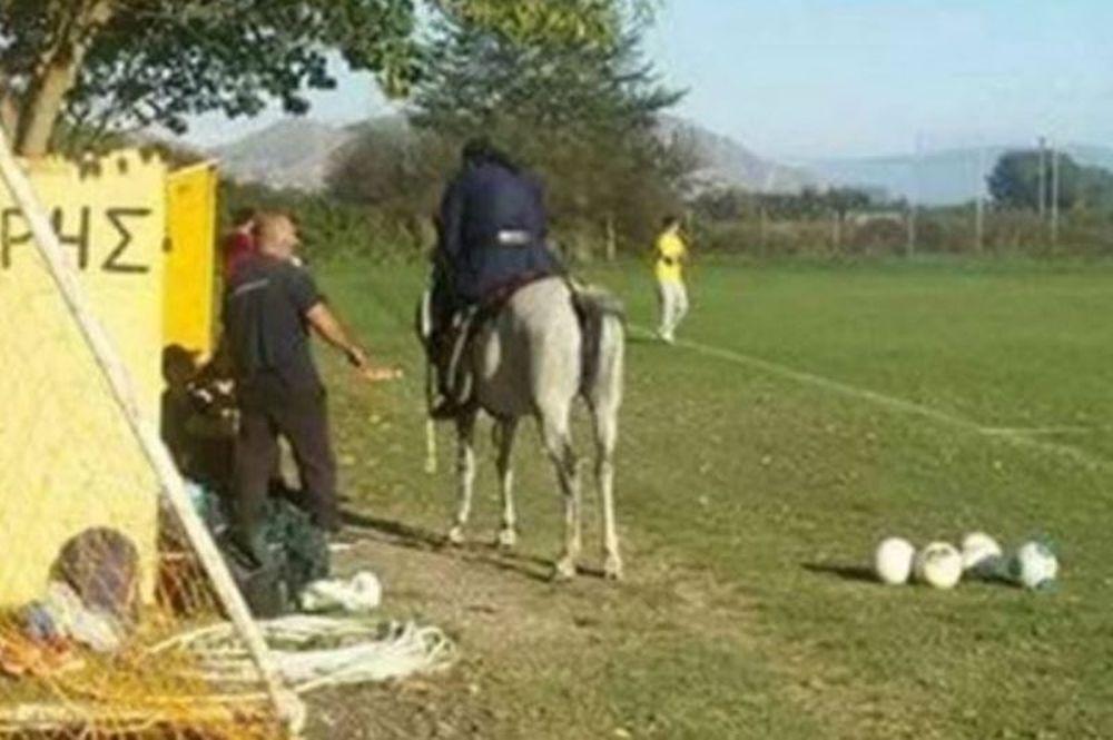 Παππάς εισβάλει στο γήπεδο καβάλα στ' άλογο!