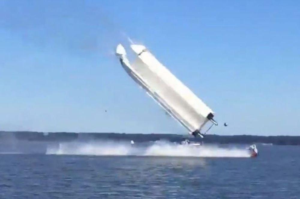 Τρόμος! Ταχύπλοο αναποδογύρισε και εκτοξεύτηκαν οι επιβάτες (videο)