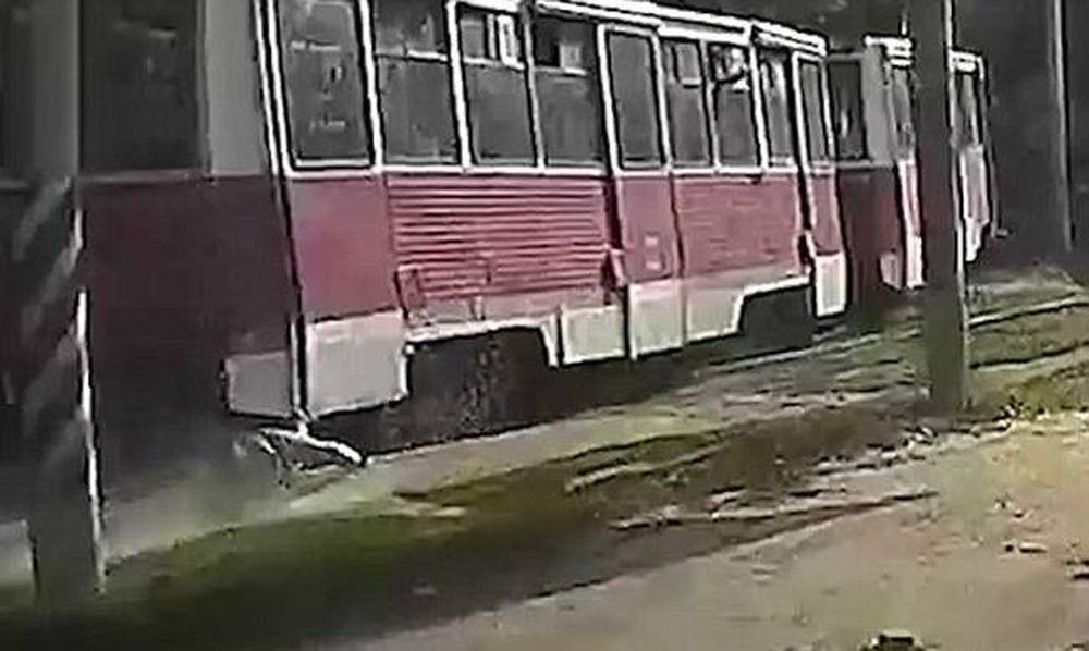 Παραλίγο τραγωδία: Πιάστηκε το πόδι του στην πόρτα του τραμ και σερνόταν για ώρα! (vid)