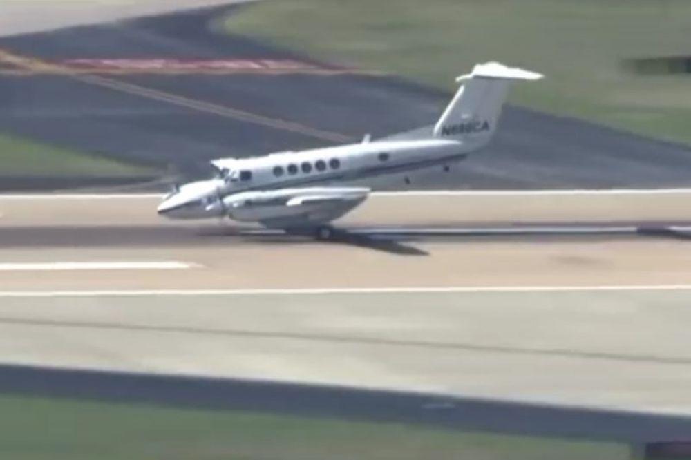 Πιλότος… μάγος! Απίστευτη προσγείωση χωρίς ρόδες! (videο)